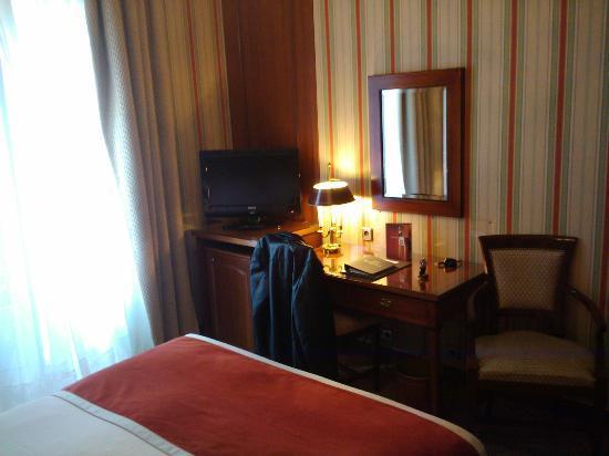 Hotel Franklin D. Roosevelt: Escritorio y frigobar