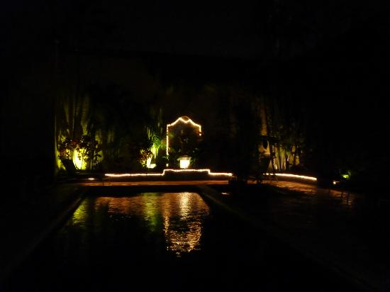 La Villa del Ensueno Hotel: pool by night