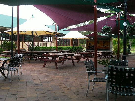 The Bearded Dragon Boutique Hotel: outdoor dining/stage area