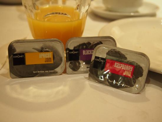 Prince William Hotel: The delicous jams and orange juice for breakfast.