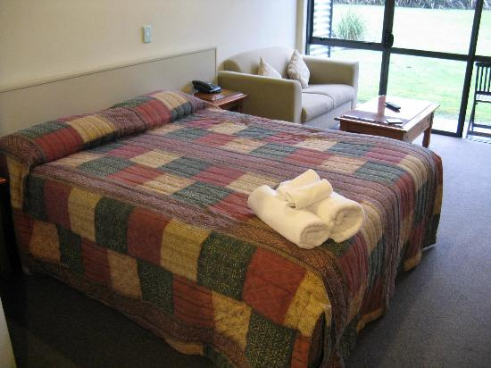 Sunset Motel: Spacious bed/seating area