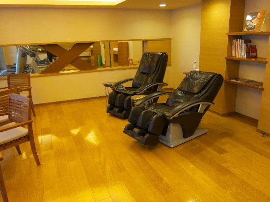 Hotel Niwa Tokyo: Nice massage chairs!