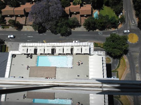 Radisson Blu Hotel Sandton, Johannesburg: Poolbereich von oben