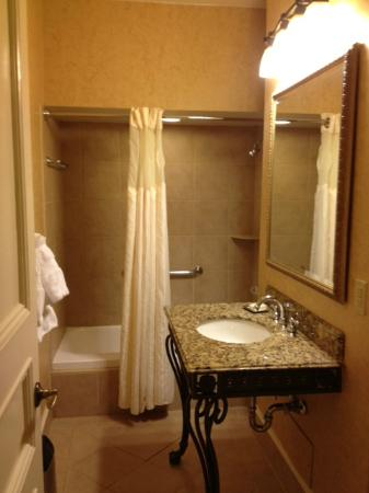Seelbach Hilton: Room 624 Jr. King Suite Bathroom