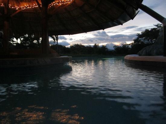 Hacienda Puerta Del Cielo Eco Spa: The pool at dusk
