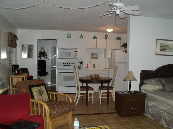 Sunshine Island Inn: kitchen area
