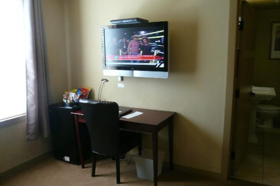 V Boutique Hotel: Nice Tv and mini bar and fridge