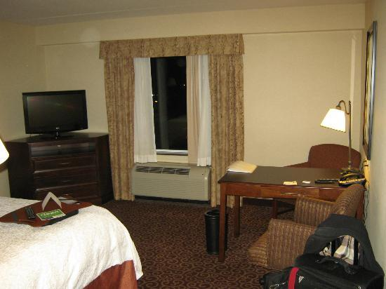 Hampton Inn by Hilton North Bay : tv/desk