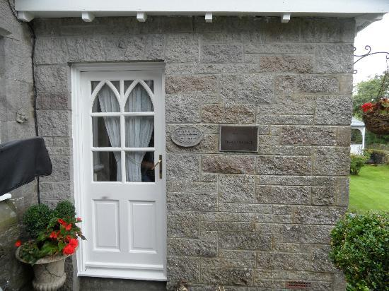 Water's Edge Cottage: Cottage Room Entry