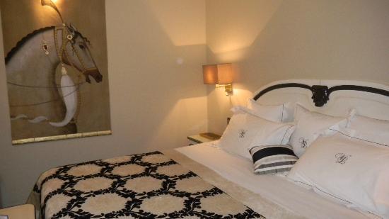 Villa Lara Hotel: bed and decor