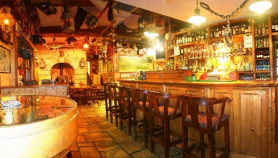 Harrys Bar & Gastro Pub: Entrance to the Back Bar from the Middle Bar