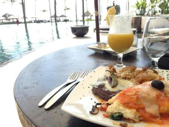 Cabo Azul Resort: Breakfast poolside