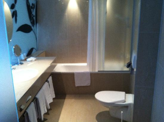 Hotel Alpha-Palmiers: bathroom, from where the door would be if there were one