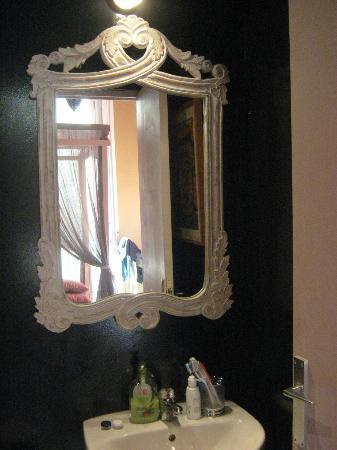 Guesthouse Barcelona Gotic: specchio del bagno su parete nera