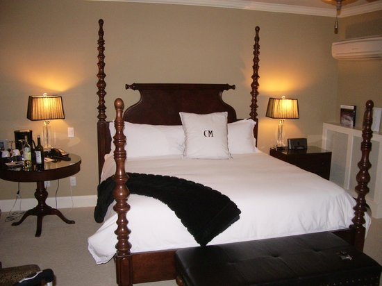 Crown Mansion Boutique Hotel & Villas : King Size Bed with fine linens