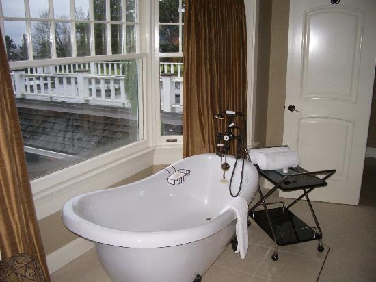 Crown Mansion Boutique Hotel & Villas: Clawfoot soaker tub