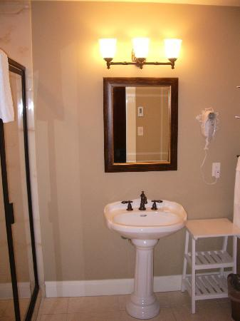 Crown Mansion Boutique Hotel & Villas: Well Equipped bathroom with heated floor