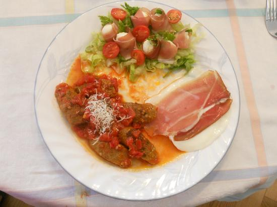 De Rosa Vineyard Bed and Breakfast: Eggs and Italian sausage with prosciutto