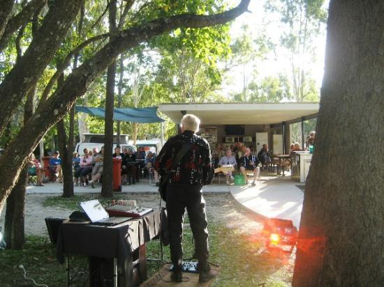 Seabreeze Tourist Park Airlie Beach: Live music in Camp Kitchen