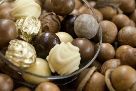 Sun-air Bus Service: Warm Macadamia nuts and treats on the Sun-air taste tour