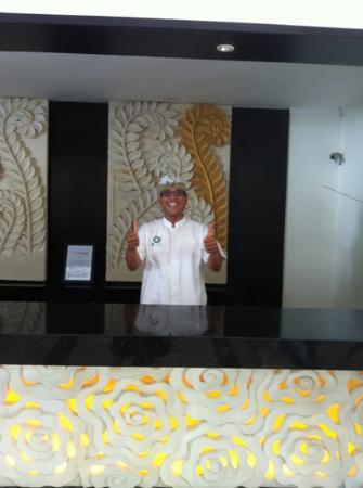 Bali Rani Hotel: Yudi on reception always a smile and a joke :-)