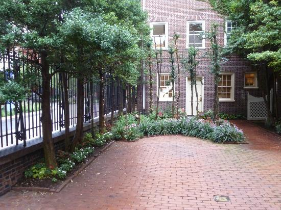 Morris House Hotel: Front courtyard