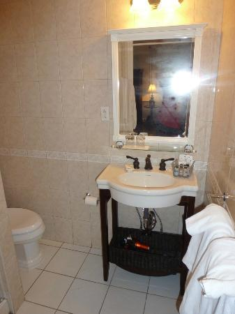 Morris House Hotel: Bathroom