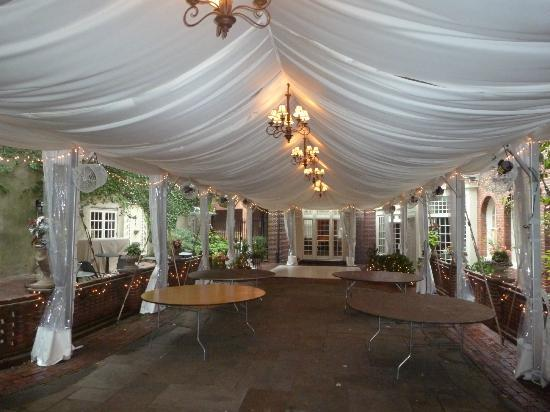 Morris House Hotel: Courtyard--set up for a wedding