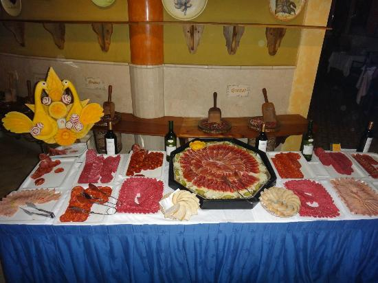 Iberostar Varadero: Meats left on a table in a hot room
