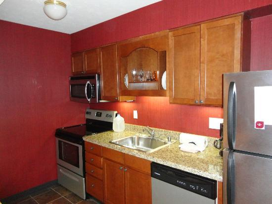 Residence Inn Louisville East : Well equiped kitchen