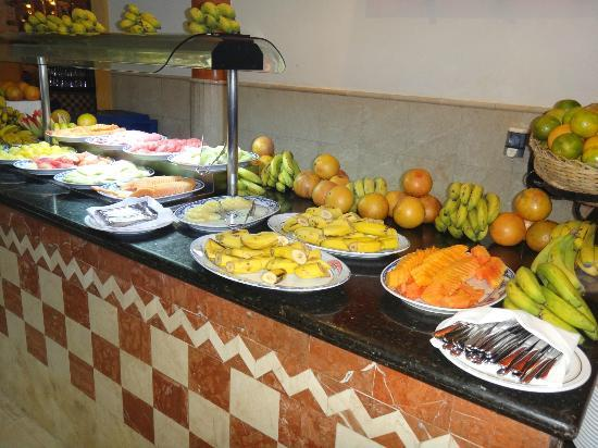 Iberostar Varadero: Bananas cut in half left out on the side in a hot buffet room