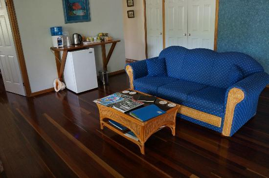 Hibiscus Lodge: the living room