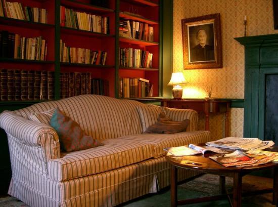 Shelter Harbor Inn: Library