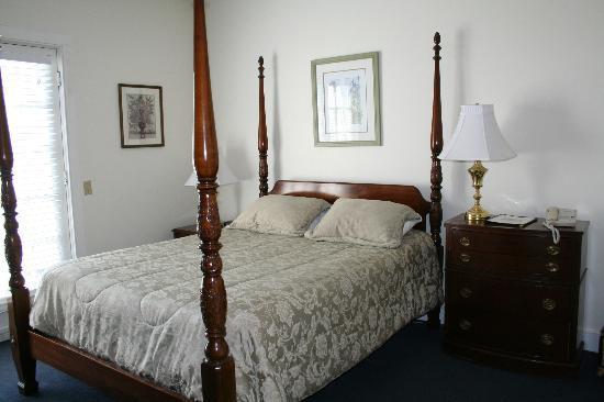 Shelter Harbor Inn: Main House Room