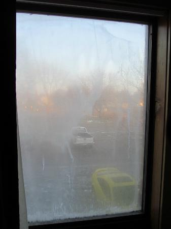 Red Roof Inn TownHouse - Grand Forks: Broken Seal on Window