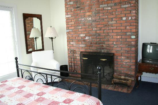 Shelter Harbor Inn: Main House Room with Fireplace
