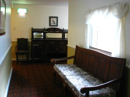 Arnolds Hotel: One of the well furnished hallways