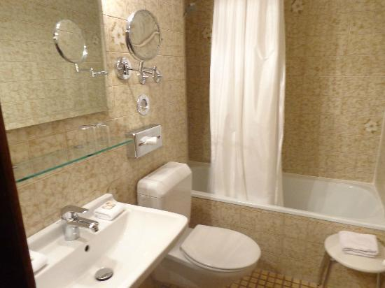 Hotel Admiral: Nice bathroom with magnifed mirror