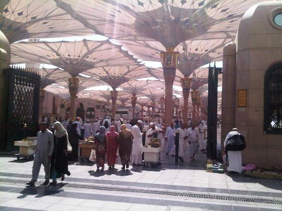Anwar Al Madinah Movenpick Hotel : The Nabawi mosque..voila..! Right in your doorstep..