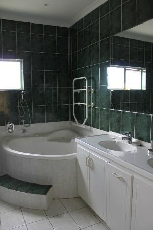 Caxton Manor: bath