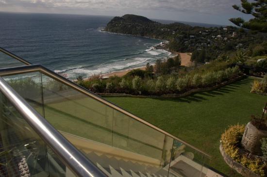 Jonah's, Whale Beach: Gardens overlooking Whale Beach