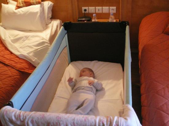 أوبيرج دو لاوناي: Habitación twin con cuna