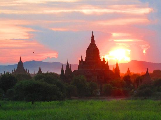 Min Thu Horse and Cart Tour: Sunset over the temples. Was so peaceful since we had the hilltop to ourselves with no tourists