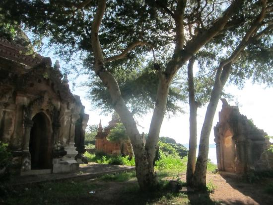Min Thu Horse and Cart Tour: Temple overlooking the Irrawaddy river