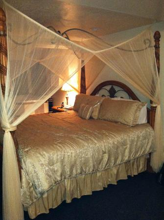 Sandcastle Beachfront Motel: Beautiful canopy bed in room.