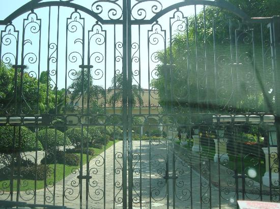 Casa Velas: The beautiful scrolled iron gates entrance