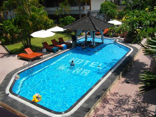 Wina Holiday Villa Hotel: Swim up pool bar