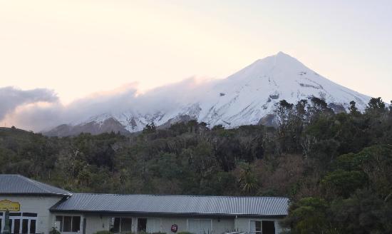 Ngati Ruanui Stratford Mountain House Hotel : Hotel with Taranaki behind it (sunset)