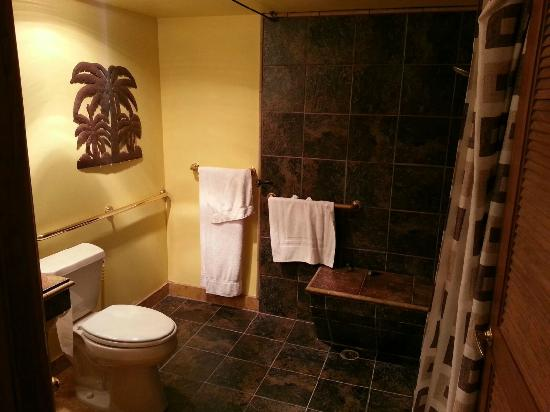 Oceanside Marina Suites: The guest bathroom
