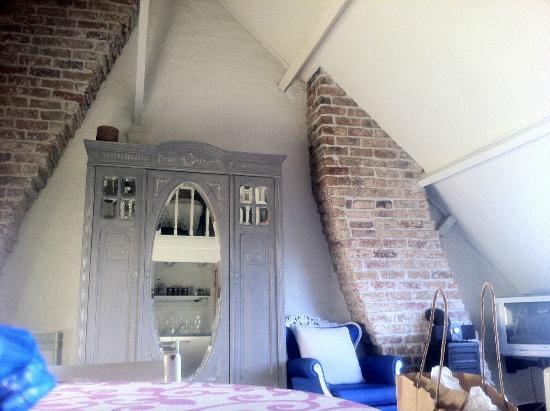 リヴィアズルックス ベッドアンドブレックファースト ブリュージュ, 屋根裏部屋ですが天井が高くて気持ちよいです。